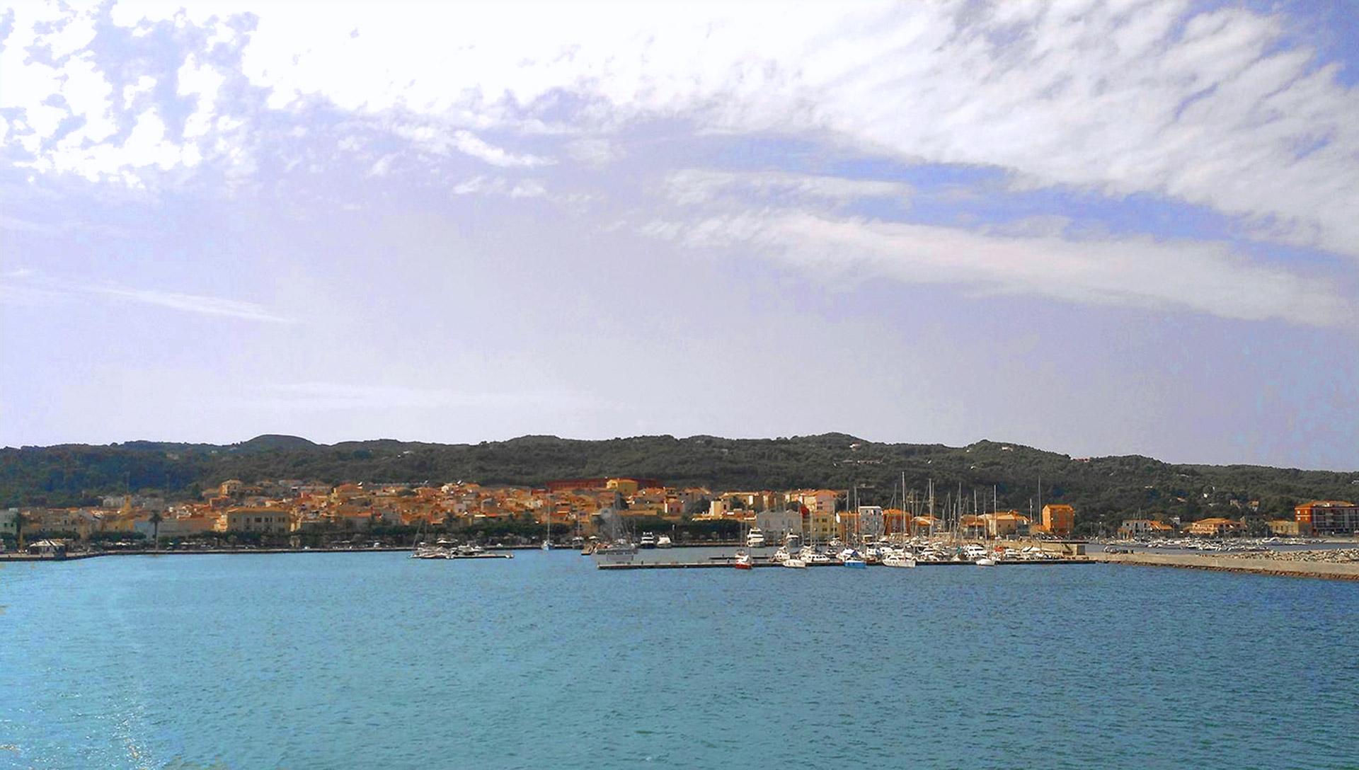 L'isola di San Pietro dal traghetto.